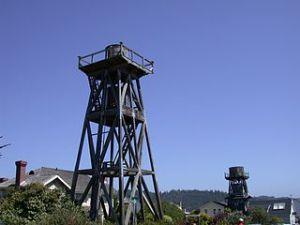 320px-Wood-water-tower-mendocino-2